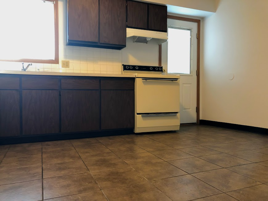 Barberton apartments close to hospital, Giant Eagle, parks, bus stop, offers 2 bedrooms and one bath for rent with one small pet allowed on policy.